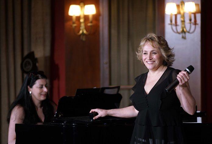 La soprano estadounidense Patricia Racette acompañada al piano por su mujer en el Teatro Real de Madrid. Foto: Javier del Real.