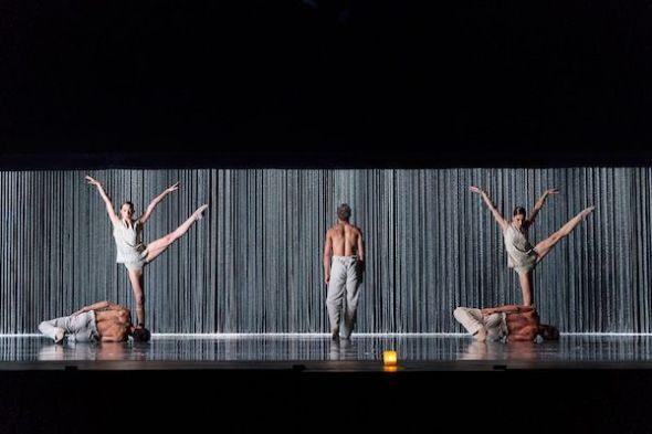 La Compañía Nacional de Danza en Gods and Dogs de Jirí Kylián. Foto: Jesús Vallinas.