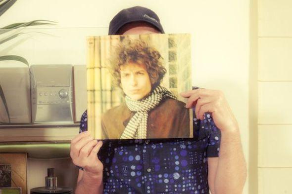 Jesús Ordovás tras un LP de Bob Dylan. Foto: José Carlos Nievas.