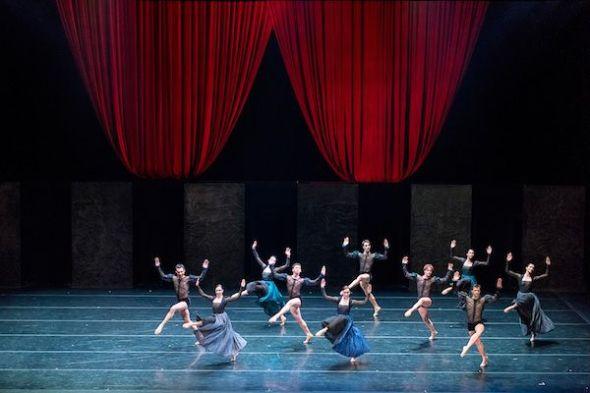 Un momento de la interpretación de 'Por Vos Muero' de Nacho Duato por la Compañía Nacional de Danza.