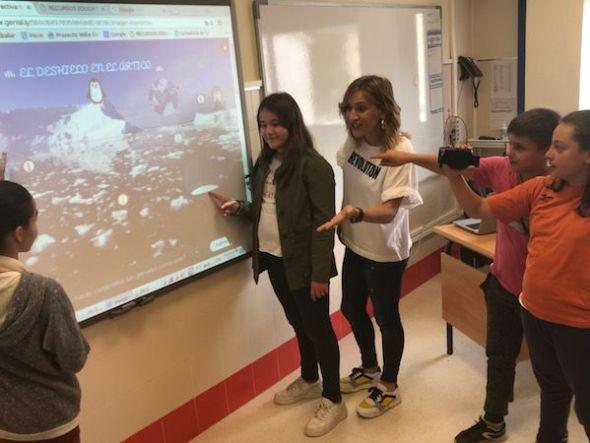 La profesora Miriam Leirós con algunos de sus alumnos.