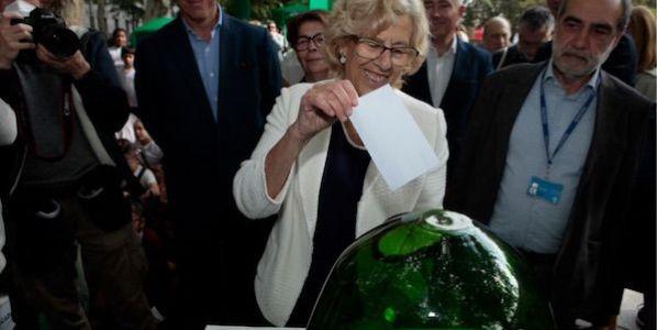 La alcaldesa de Madrid, Manuela Carmena recorre la exposición de los 20 añazos de Ecovidrio.