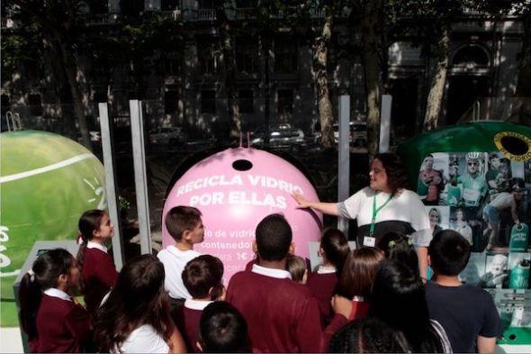 Niños y niñas recorriendo la exposición 20 añazos de reciclaje de vidrio en Madrid.