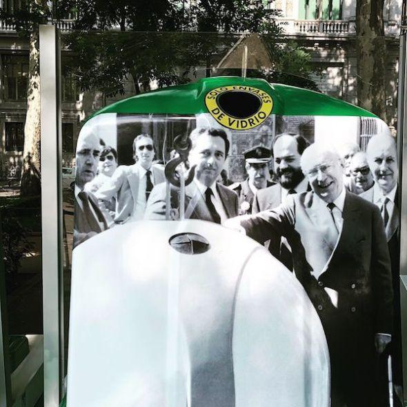 La foto del alcalde de Madrid Tierno Galván promoviendo el recliclaje de vidrio a principios de los ochenta.