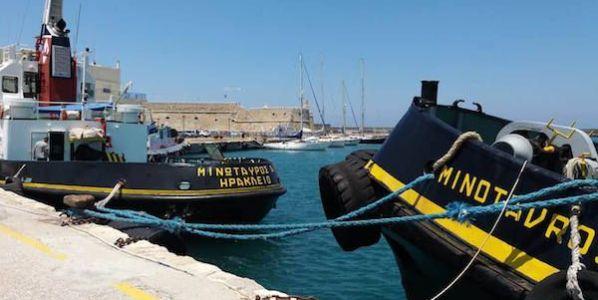 El GoOn entre dos minotauros en el puerto de Heraklion.