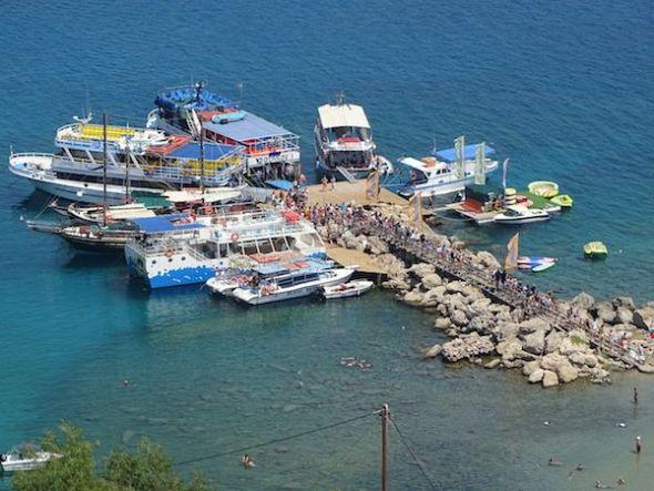 Ferrys en el puerto de Lindos escupiendo turistas.