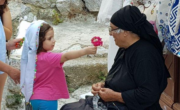 Una anciana y una niña en Karpathos con la cabeza cubierta por el tradicional mandil.