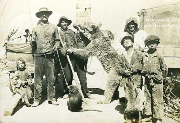 Caravana de serbios atravesando el Puerto de Pajares hacia 1925. Fotografía anónima. Museo del Pueblo de Asturias.