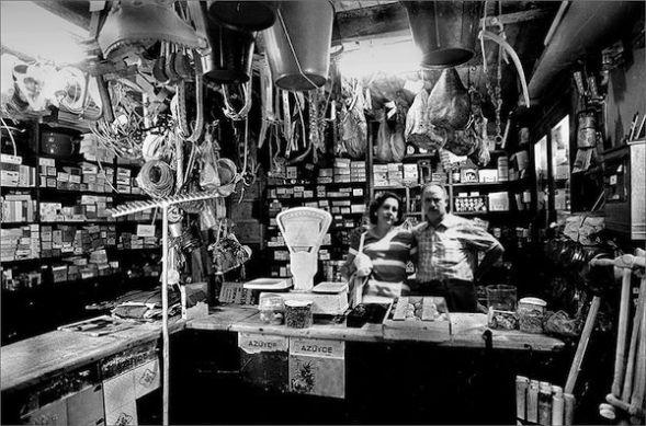 Pepe 'El Molín' y su mujer Conchita en el interior de su tienda de Pola de Somiedo a principios de 1970. Foto cedida por Inmaculada Menédez, hija de ambos.
