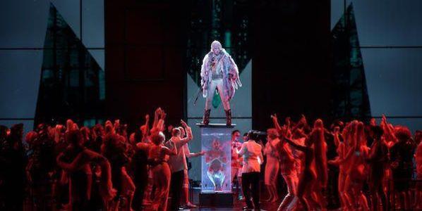 Una escena de 'Faust' con Luca Pesaroni en el papel de Mefistófeles sobre un pedestal. Foto: Javier del Real.