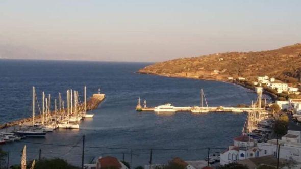 El puerto de Pali con el balneario de Hipócrates al fondo.