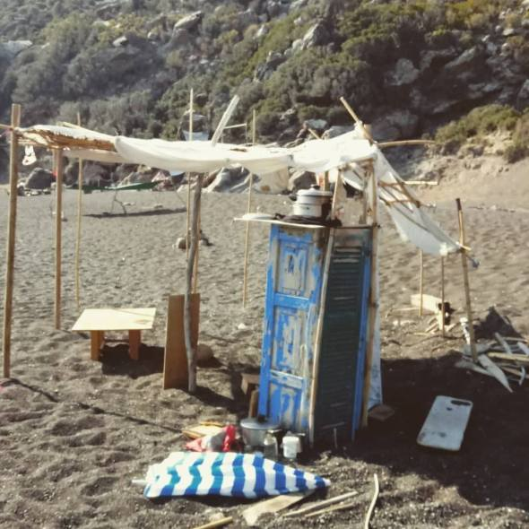 Refugio levantado en la playa volcánica de Aspri Ammos a disposición de todos.