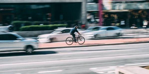 Uso de la bicicleta por la ciudad. Foto: Pixabay.