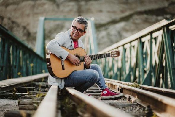 El cantautor canario Pedro Guerra reedita su primer disco 'Golosinas'.
