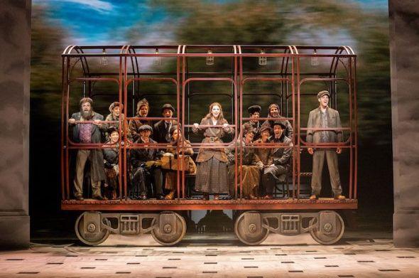 Un momento de la escena del tren en el musical 'Anastasia'. Foto: Javier Naval.