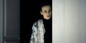 La actriz Ariadna Gil da vida a Jane Eyre en esta versión teatral.