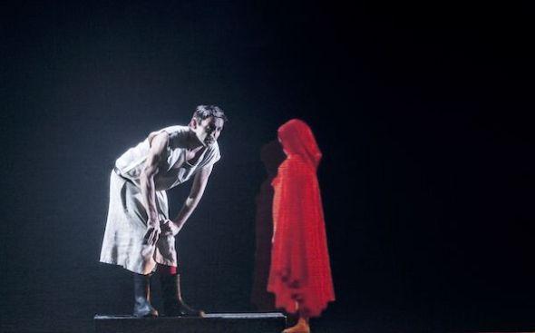 Albert Pla asustando niños en su último espectáculo. Foto: Nora Lezano.