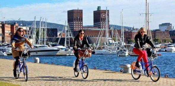 Paseo en bicicleta por el puerto de Oslo. Foto: VisitOslo.