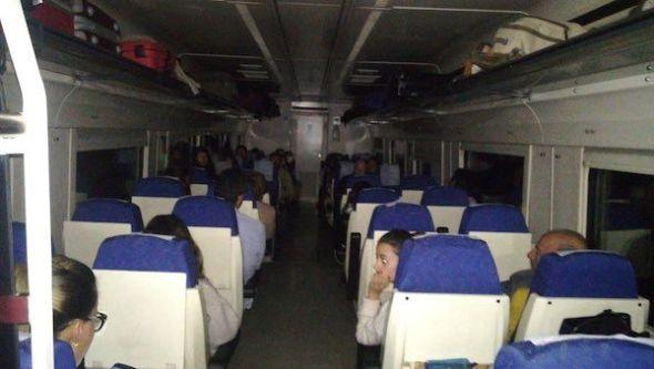 El tren de Badajoz con destino Madrid del pasado día 1 de enero, tras salir con 1 hora de retraso, se averió en mitad del campo cerca de Navalmoral. Foto: Extremaduraenred.