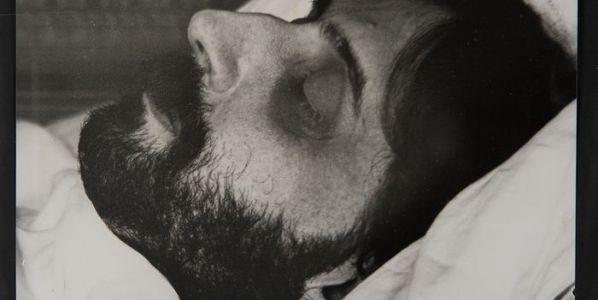 Marcel Proust en su lecho de muerte. © Man Ray Trust, VEGAP, Madrid, 2019.