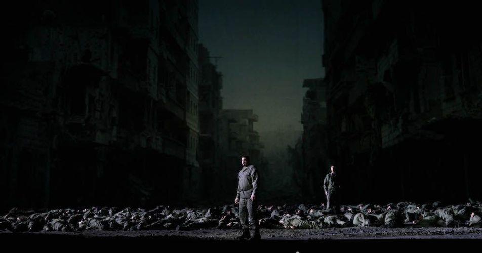 'Idomeneo' en el Teatro Real, con la proyección al fondo de la foto de la localidad siria deDeir Ezzor devastada por la guerra. Foto: Javier del Real.