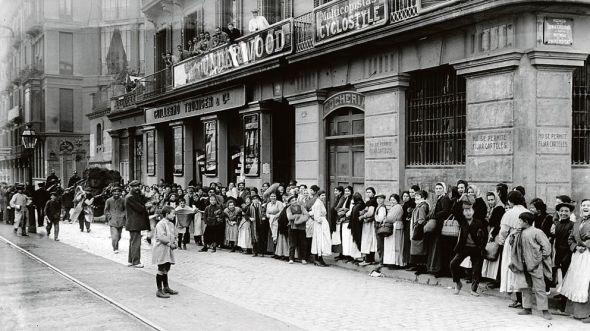 Ante la falta de electricidad por la huelga de 'La canadiense', la gente en Barcelona hacía cola en las carbonerías, como esta de la calle de Balmes. Foto: Fondo Brangulí / ANC.