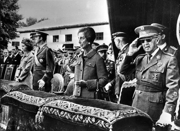 De derecha a izquierda, el dictador Francisco Franco; su mujer, Carmen Polo y los reyes eméritos de España Juan Carlos y Sofía.