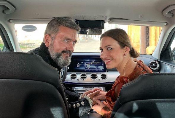 El actor Miguel Ángel Chaves y la actriz Aurea López en un momento de la representación de El perro del hortelano en un coche. Foto: M. Cuéllar.