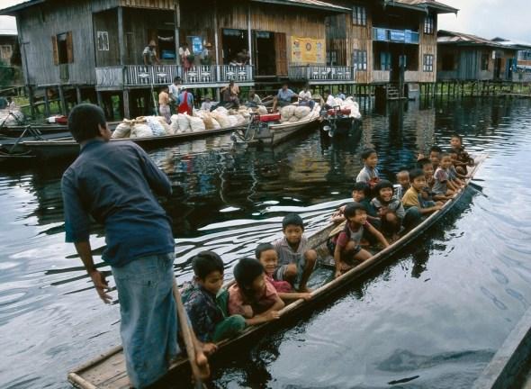 Niños acudiendo al colegio en el Lago Inle, Myanmar. Foto: Eduardo Aznar.