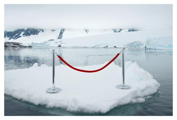 Fotografía de la serie Antártica. Gray Malin soñó la imagen de ponerle un cordón de seguridad a la Antártida. Viajó hasta allí, lo hizo y lo fotografió.