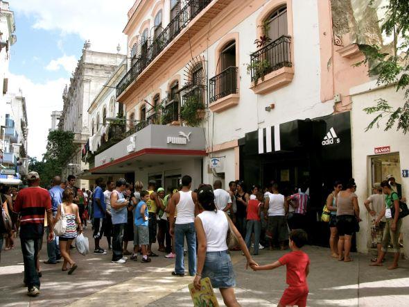 Colas a la entrada de tiendas de productos de marca. Foto: Ana Esteban.