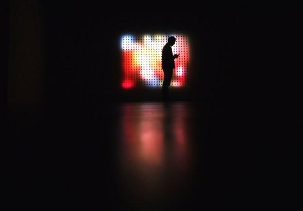 Un espectador frente a una de las obras de Campbell en el Espacio Fundación Telefónica. Foto: Manuel Cuéllar.