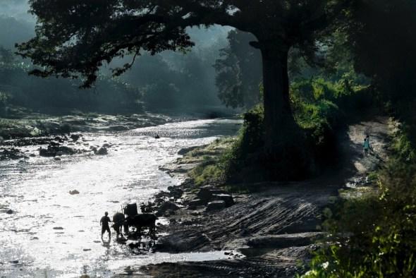 10 de noviembre de 2014. Muchas familias acuden al río Acelhuate, a 21 kilómetros de San Salvador, a bañarse, a lavar la ropa, a dar de beber a los animales y a llenar cubos para el consumo propio. La embotelladora de Coca-Cola sobreexplota el acuífero de la zona afectando al abastecimiento de las comunidades vecinas.  ©Calamar2/ Pedro ARMESTRE