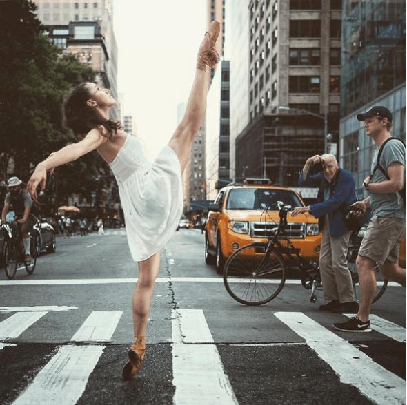 """En esta ocasión el legendario fotógrafo del New York Times, Bill Cunningham, fotografió a Robles en acción. """"No pude sentirme más honrado"""", asegura Robles. """"Realmente fue lo mejor del día"""". La bailarina es Jamie Kopit del American Ballet Theatre y está realizada en Bryant Park. (Pincha en la imagen para ir a Instagram)."""