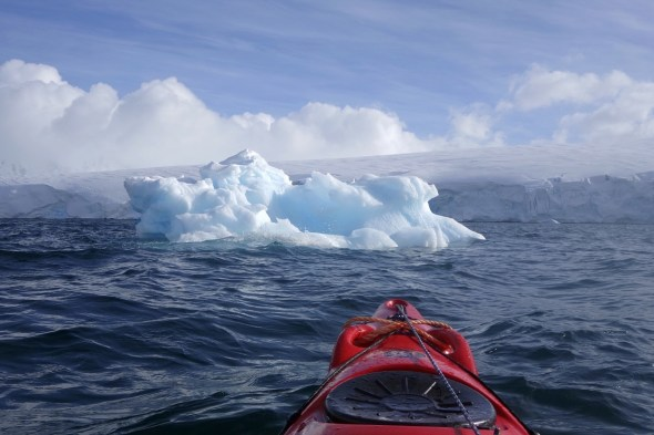 Extrañas tomas en las que las nubes se confunden con el hielo en la Antártida. Foto: Andoni Canela.