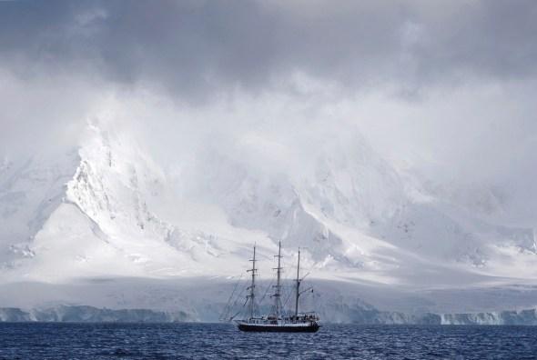 Durante el viaje, el fotógrafo tuvo oportunidad de contemplar paisajes alucinantes como este en la Antártida. Foto: Andoni Canela.