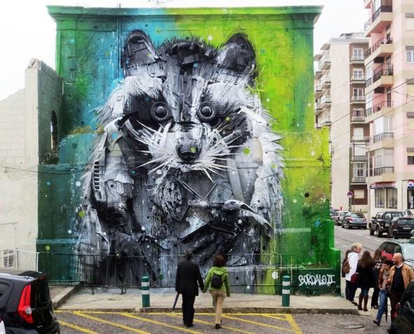 Un grafitti de Bordalo hecho con elementos de basura industrial.