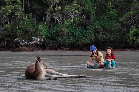 Unai y su hermana observan un canguro. Un fotograma del documental 'El viaje de Unai'