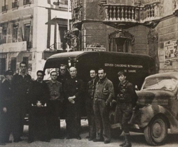 Bethune y sus colaboradores con la ambulancia del servicio de transfusión frente al palacio del Marqués de Dos Aguas en Valencia. (Febrero de 1937).