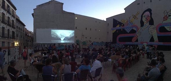 Una de las proyecciones de la muestra de cine de Lavapiés en uno de los solares del barrio.