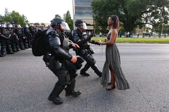 La activista Leshia Evans se acerca a un grupo de policías durante una manifestación contra la brutalidad policial en Loussiana. (Foto: REUTERS/Jonathan Bachman)