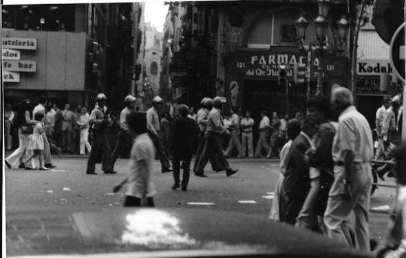 La policía disuelve violentamente la primera gran manifestación de 1977 en Barcelona a favor de los derechos LGTBI+