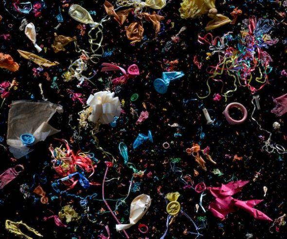 Los ingredientes de esta sopa son desechos de plástico, de globos en concreto, que han sido recogidos alrededor del mundo.