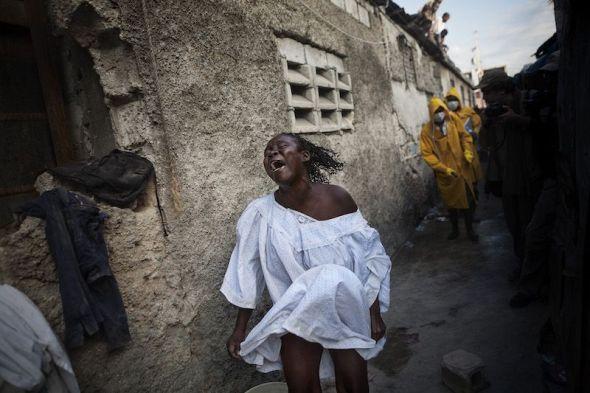 Una joven llora a su madre fallecida a causa del cólera en Haití. Foto: Andrés Martínez Casares.