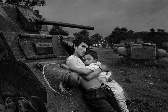 Un adulto y un niño comparten una bolsa de pegamento en Nicaragua. Foto de Rafael Trobat.