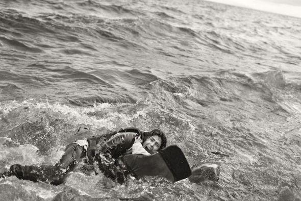 Una mujer refugiada y su hijo caen al agua durante el desembarco en Lesbos. Grecia. Foto: Samuel Aranda.
