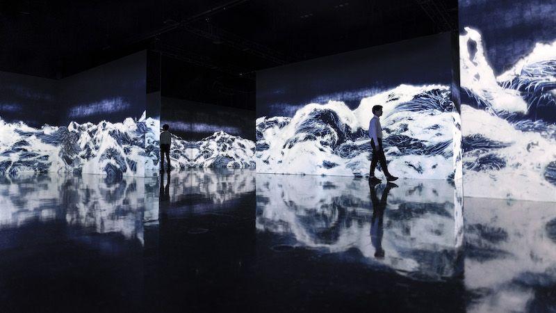 teamLab, Black Waves: Lost, Immersed and Reborn, 2019. Instalación digital, loop continuo. Sonido: Hideaki Takahashi. © teamLab, cortesía de Pace Gallery.