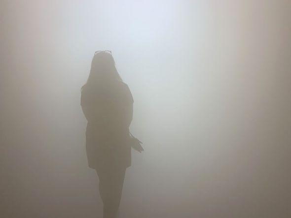En 'Your blind passenger', Olafur Eliasson hace pasar al espectador por un pasillo de 39 metros en el que genera una niebla que impide ver más allá de 1,20 metros. A lo largo del recorrido la luz cambia de color. Foto: M. Cuéllar.