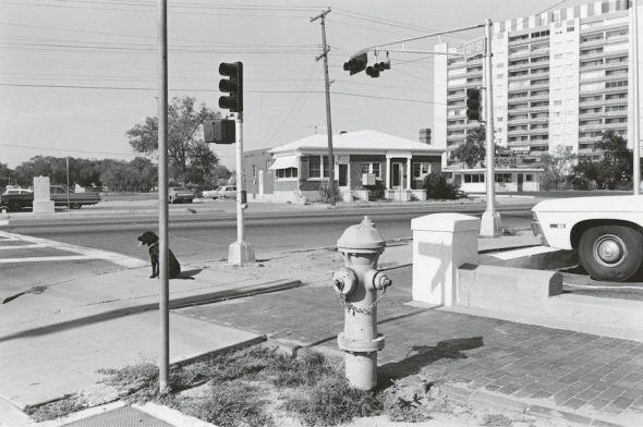 Lee Friedlander. Albuquerque, 1972. Cortesía del artista y de Fraenkel Gallery.