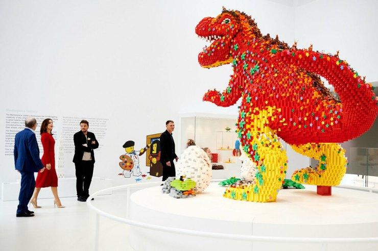 Lego House. Casa Lego foto interior escultura dinosaurio